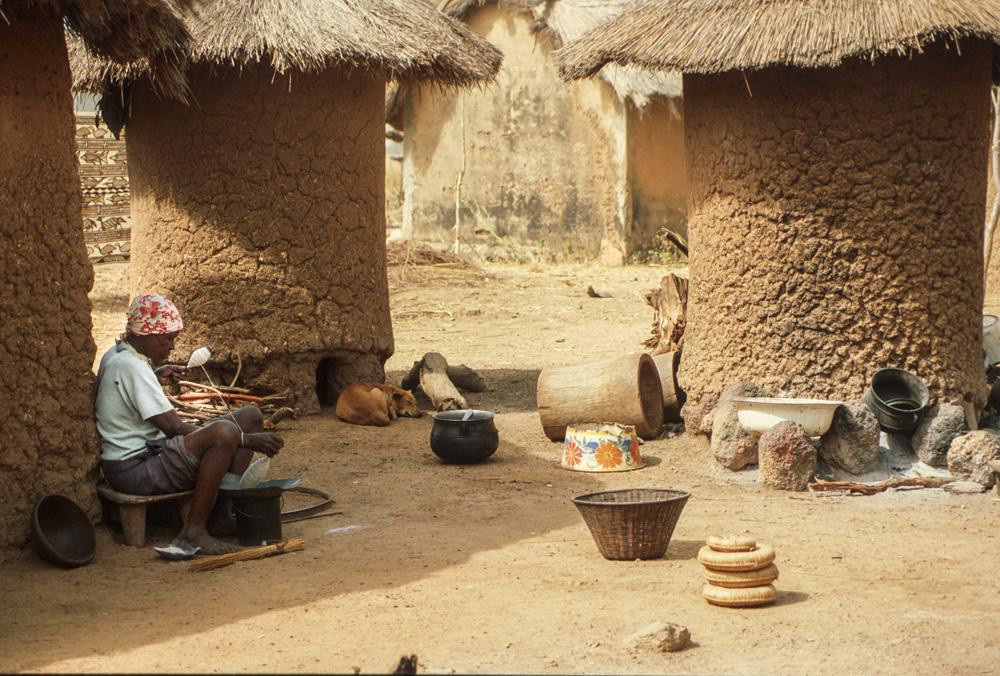 Filatura in un villaggio. - I cilindri di fango sono la dispensa del cibo.